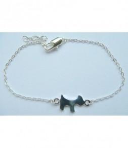 Petit chien sur chainette argentée