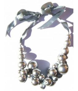 Grappe de perles argentées sur ruban satin
