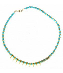 Perles turquoises, doux pics dorés, finition soignée